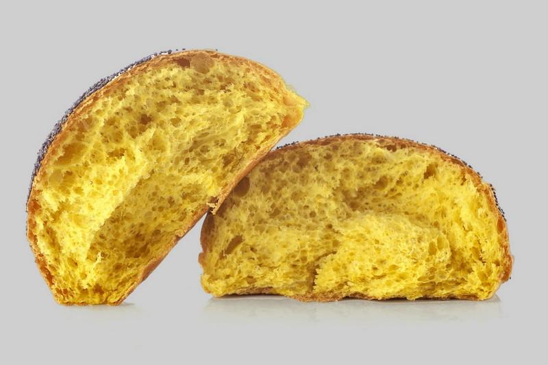 Panino giallo tagliato a metà