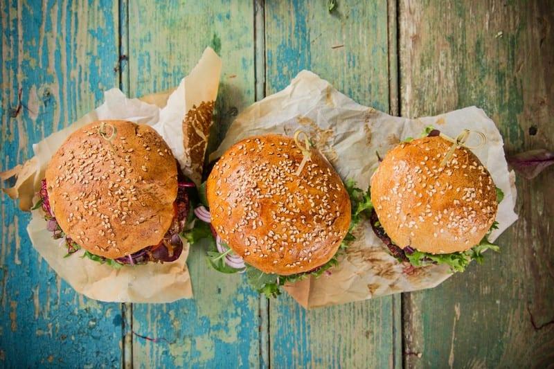 Tre panini farciti con semi di sesamo sul tavolo